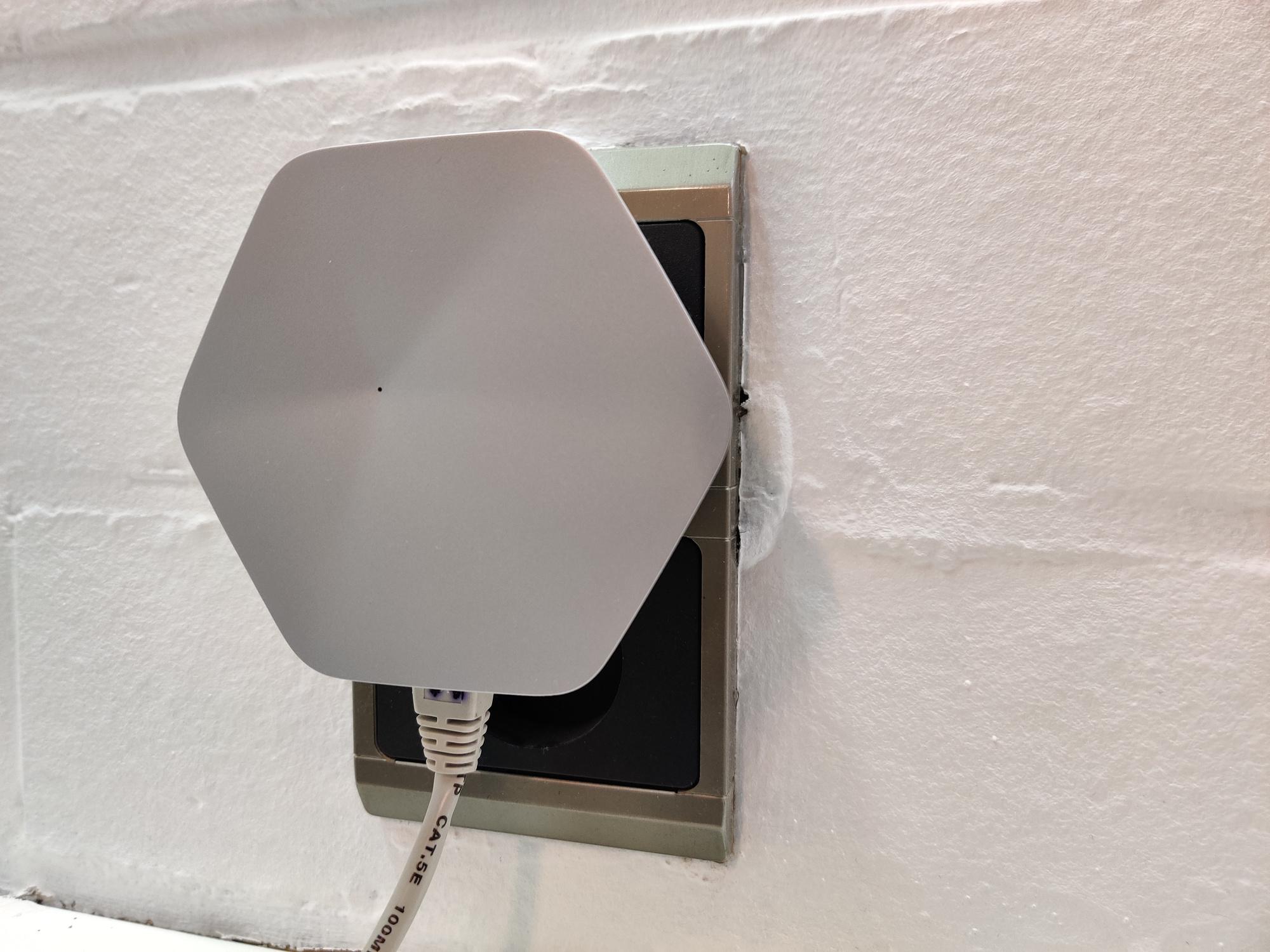 Een Superpod stop je in het stopcontact en heeft twee ethernetpoorten. De eerste Superpod sluit je aan op je router/modem. De anderen plaats je in ruimtes waar je het netwerk wil versterken of uitbreiden., PVL