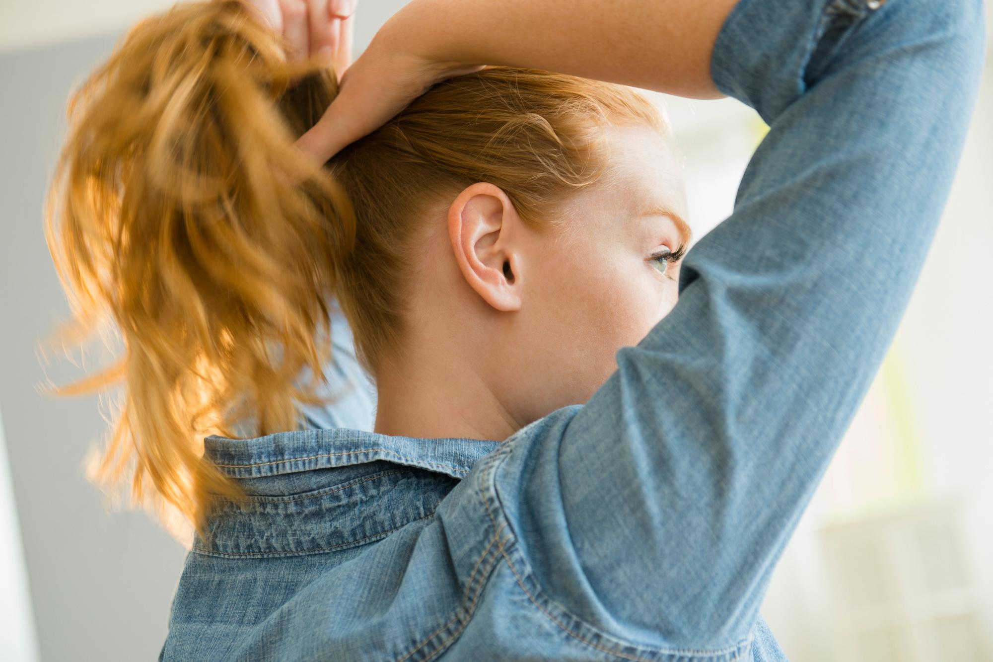 Une queue de cheval désordonnée est une bonne idée, mais assurez-vous qu'il n'y a pas de pièces métalliques dans vos pinces à cheveux, getty