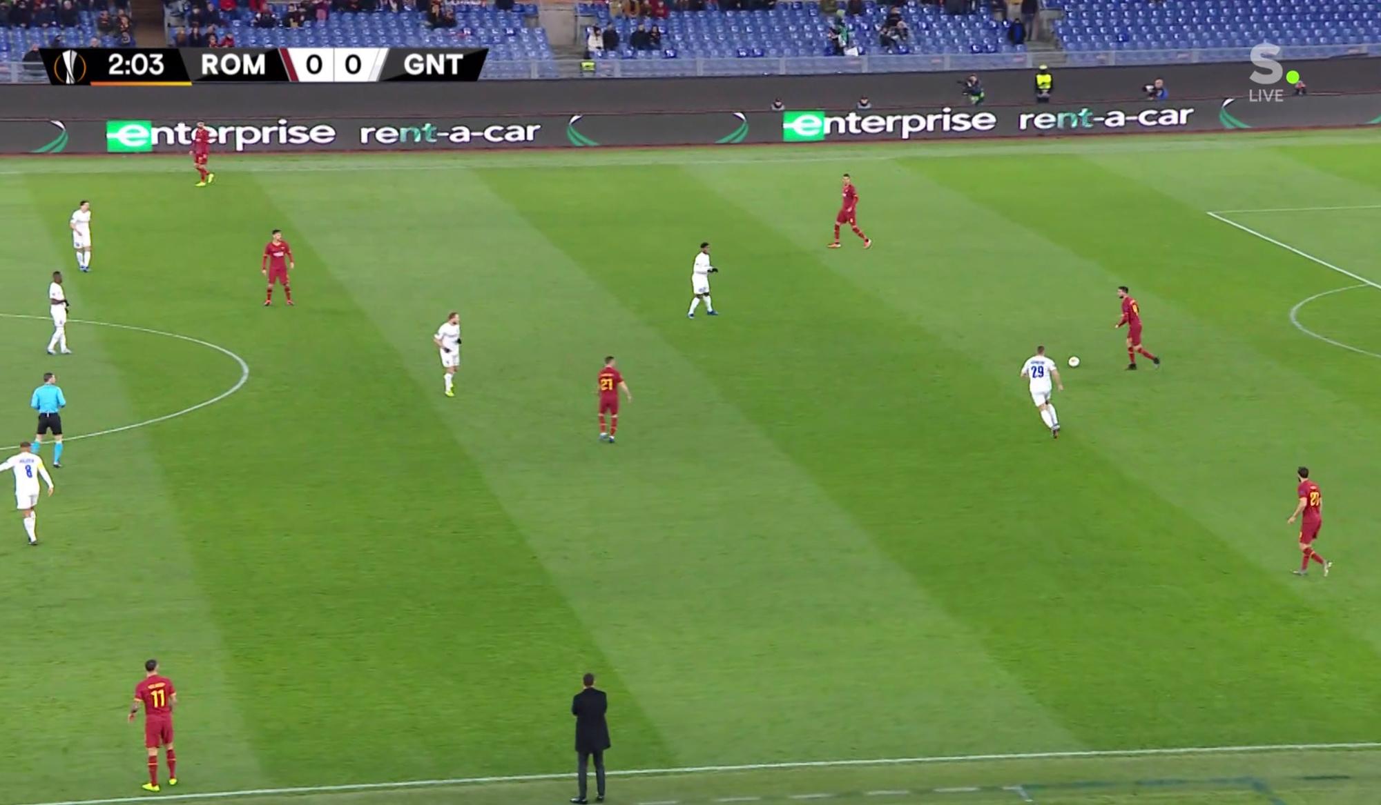 De 3-4-3 in de opbouw bij AS Roma tegenover de ruit en de spitsen ervoor van AA Gent., Sporza