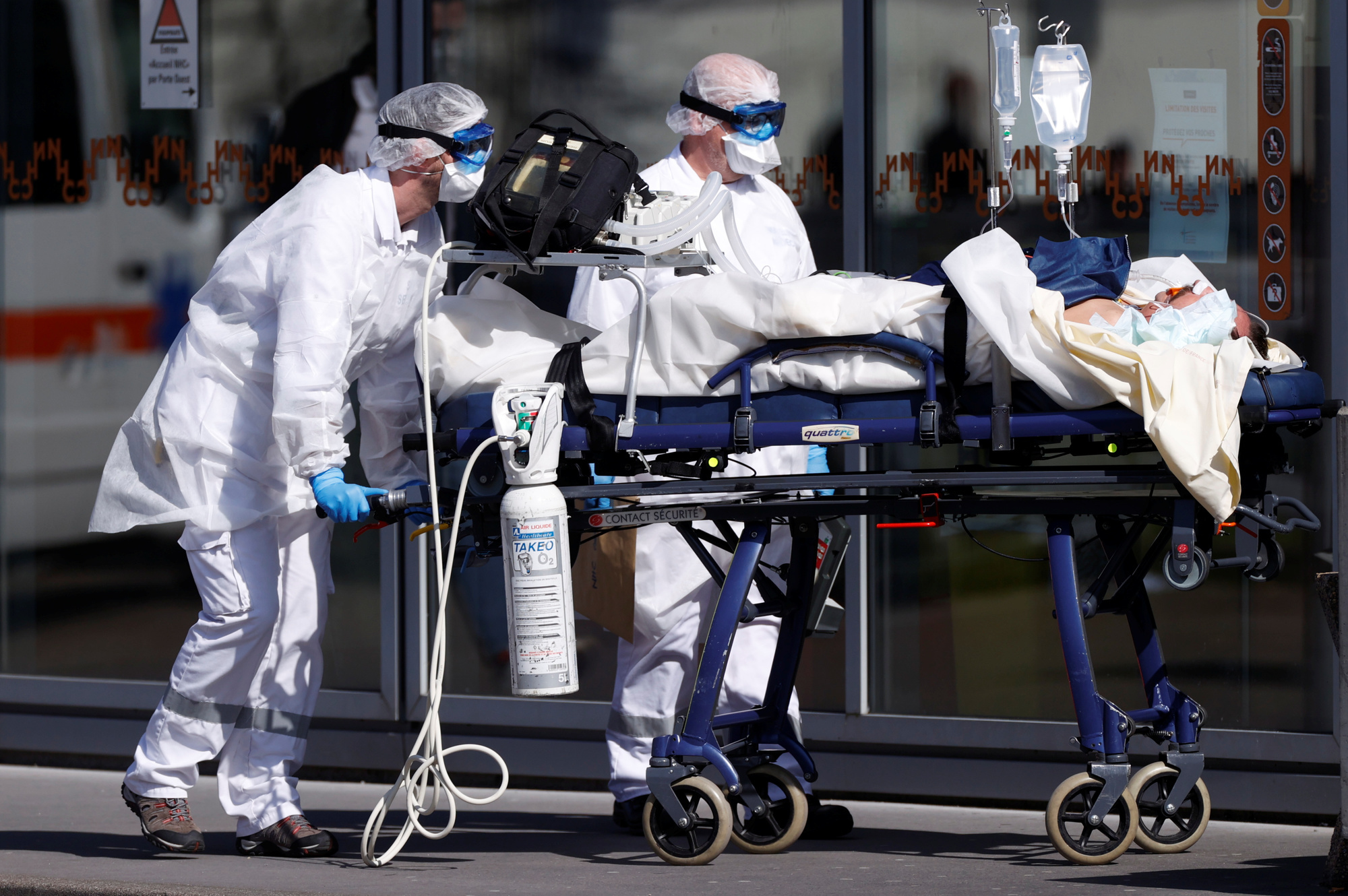 Un patient est pris en charge dans un hopital français., reuters