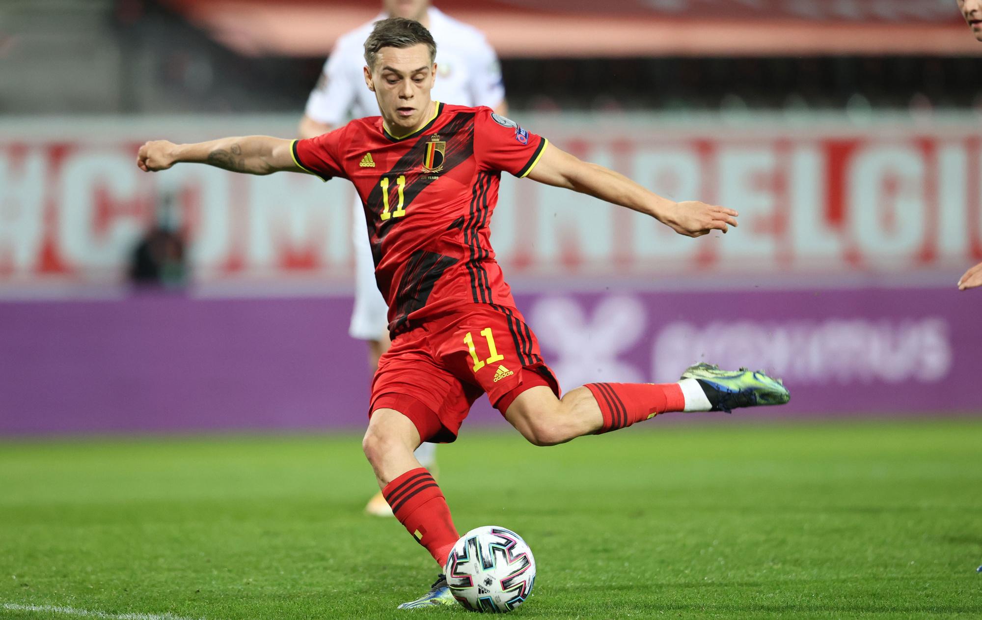 Leandro Trossard legt aan voor zijn tweede goal van de avond, Belga