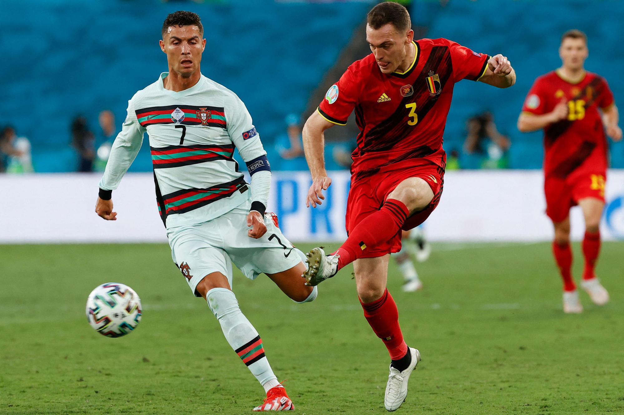 Thomas Vermaelen in duel met Cristiano Ronaldo, Belga