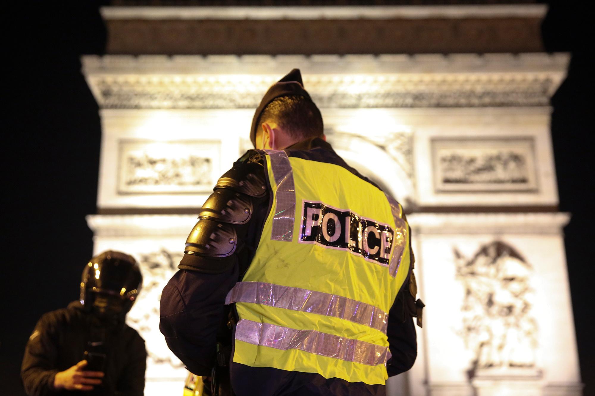 A Paris, des patrouilles de police sour l'Arc de Triomphe., BELGA