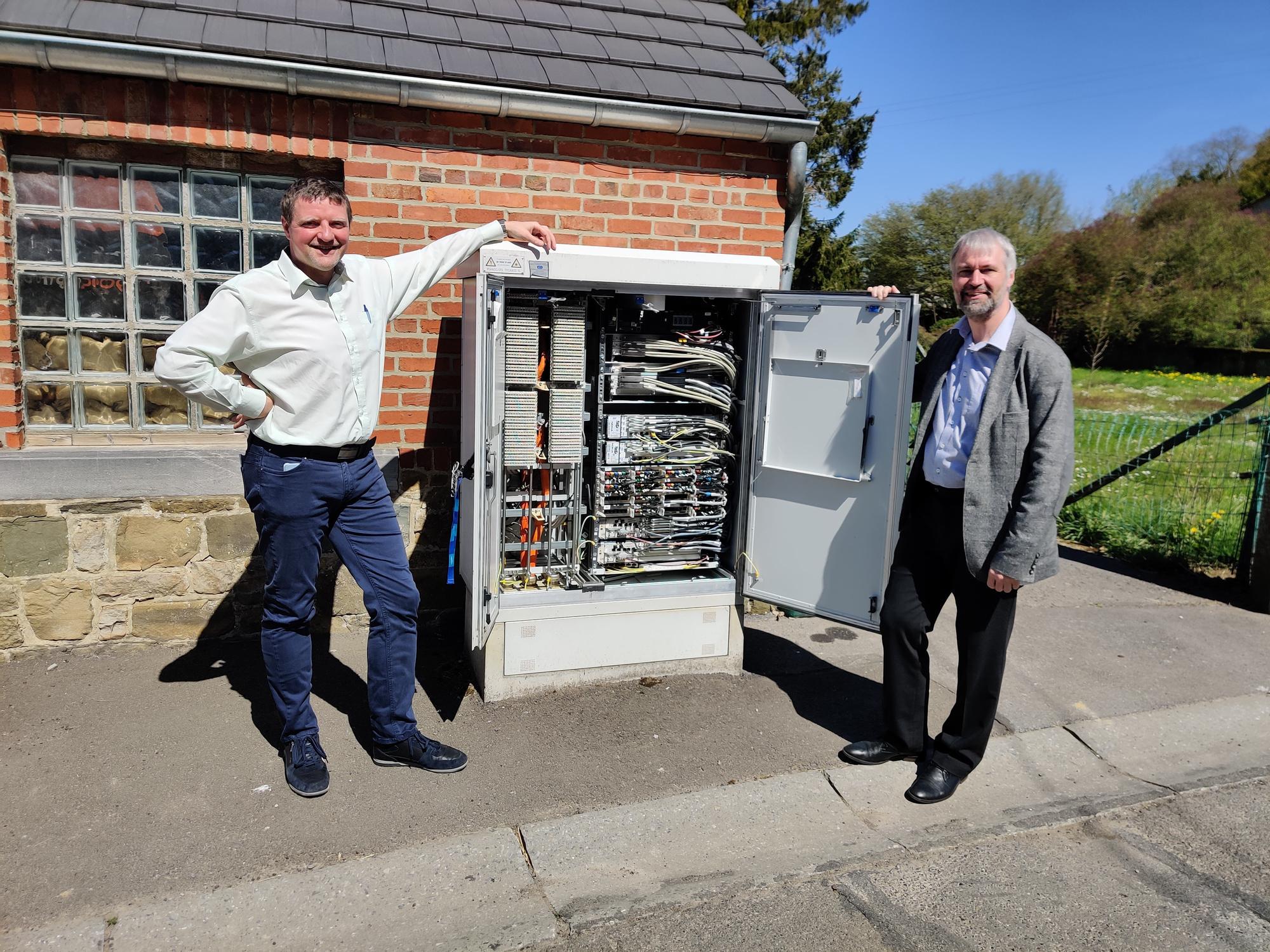 Patrick Delcoigne (Proximus) en Geert Heyninck (Nokia) tonen de eerste straatcabine in Andenne die is uitgerust met ultra dense vectoring., PVL
