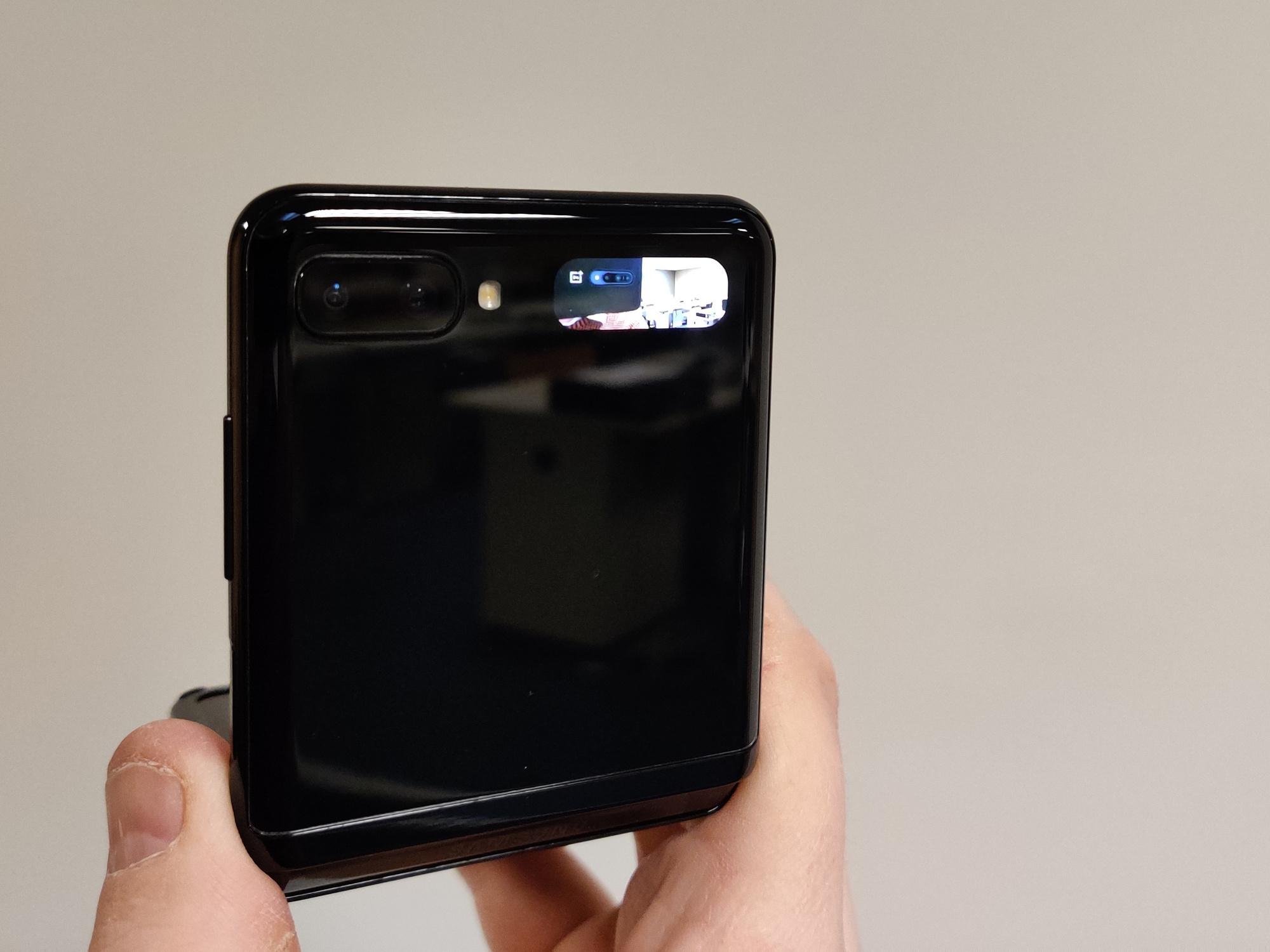 Achteraan heeft de Z Flip een klein schermpje om meldingen te tonen, of om als zoeker te functioneren als je een foto neemt., PVL