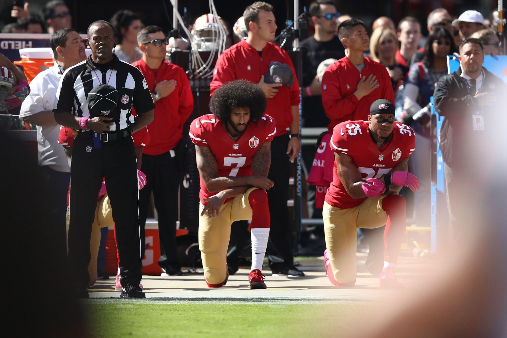 Eric Reid #35 et Colin Kaepernick #7 durant l'hymne national américain., AFP