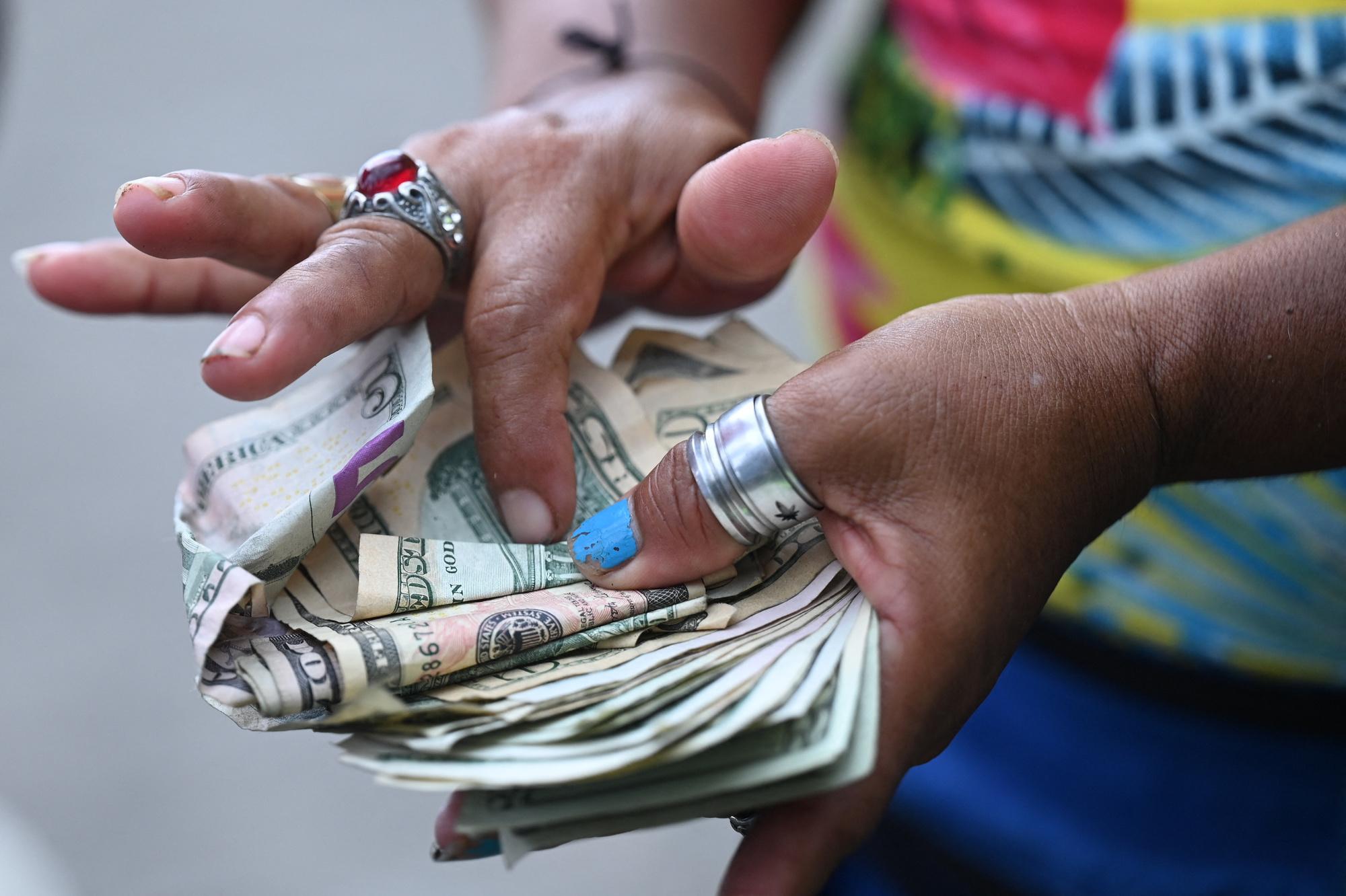 """""""Moi, (le bitcoin) je ne le prends pas. Le dollar ça me va bien. Si quelqu'un vient et veut acheter comme ça, je vais lui dire : """"moi, je veux du dollar"""", je vais lui donner du dollar et qu'il me donne du dollar"""", Belgaimages"""