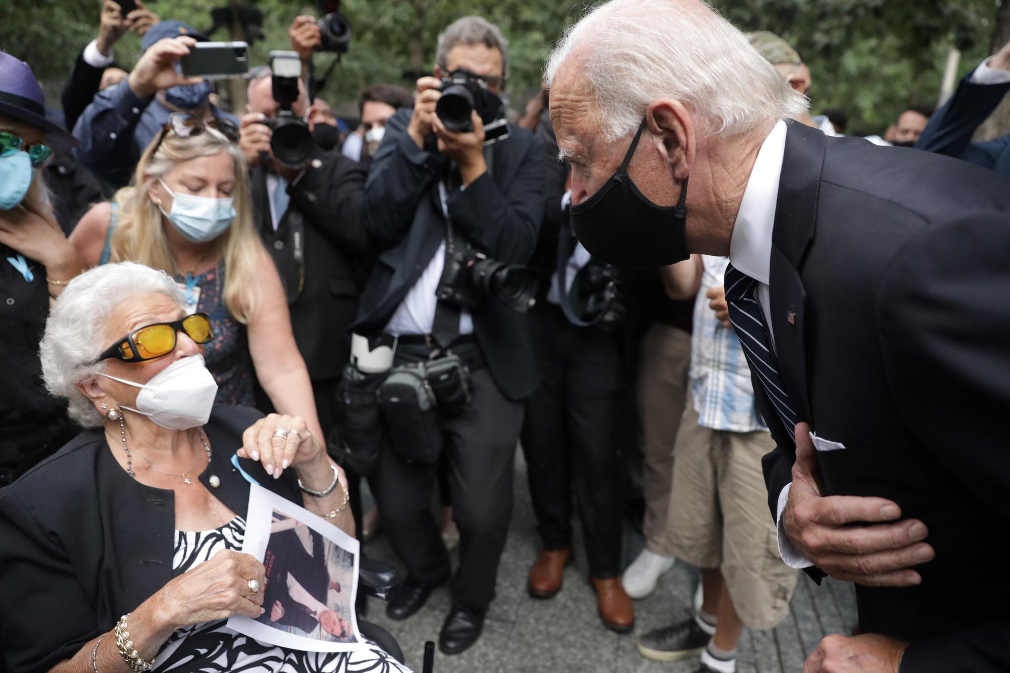Joe Biden rencontre Maria Fisher, 90 ans, dont le fils a été tué dans la tour Nord du World Trade Center, le 11 septembre 2001., AMR ALFIKY / AFP