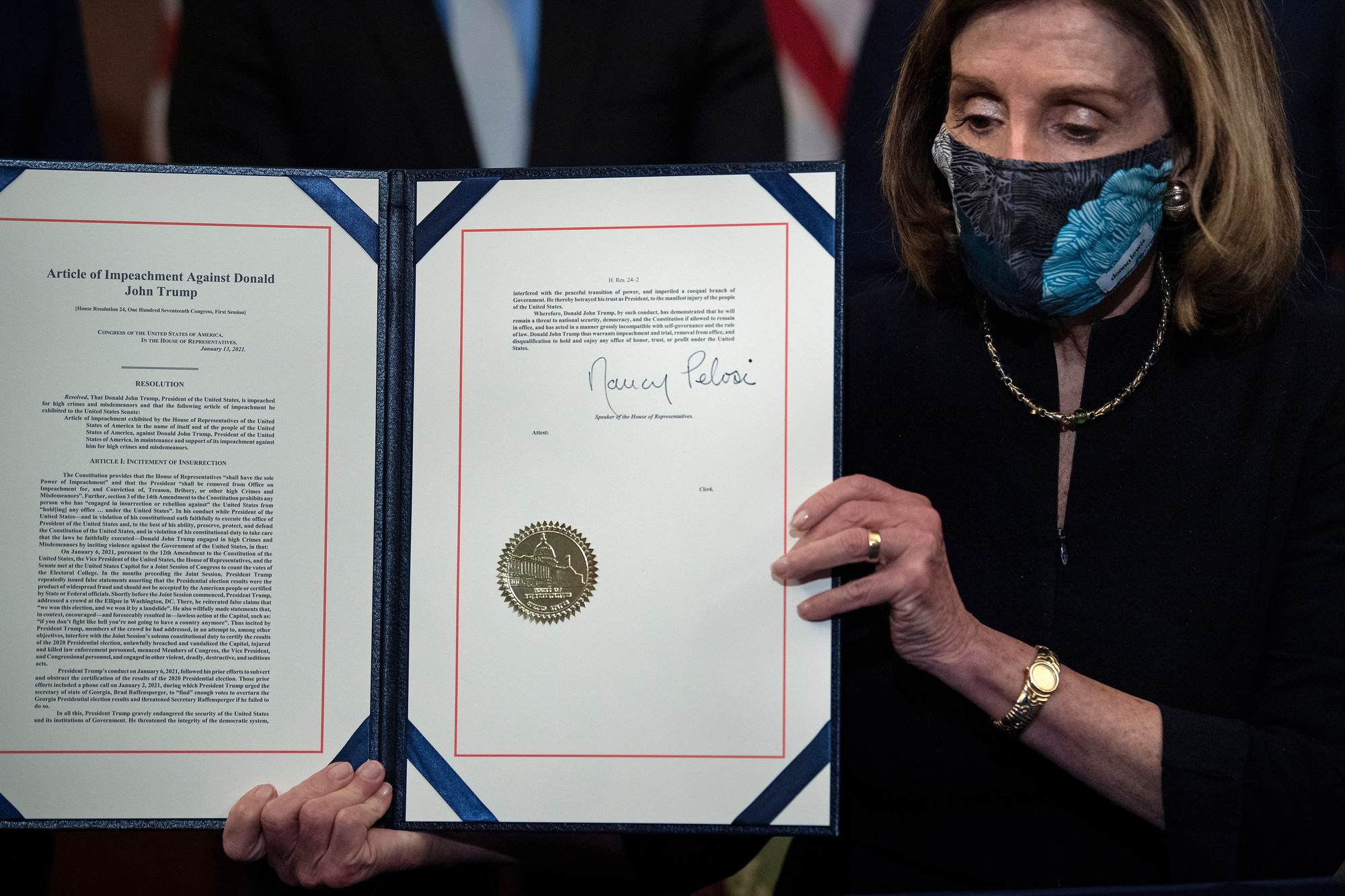 Nancy Pelosi tient l'acte de destitution signé., BELGA IMAGE