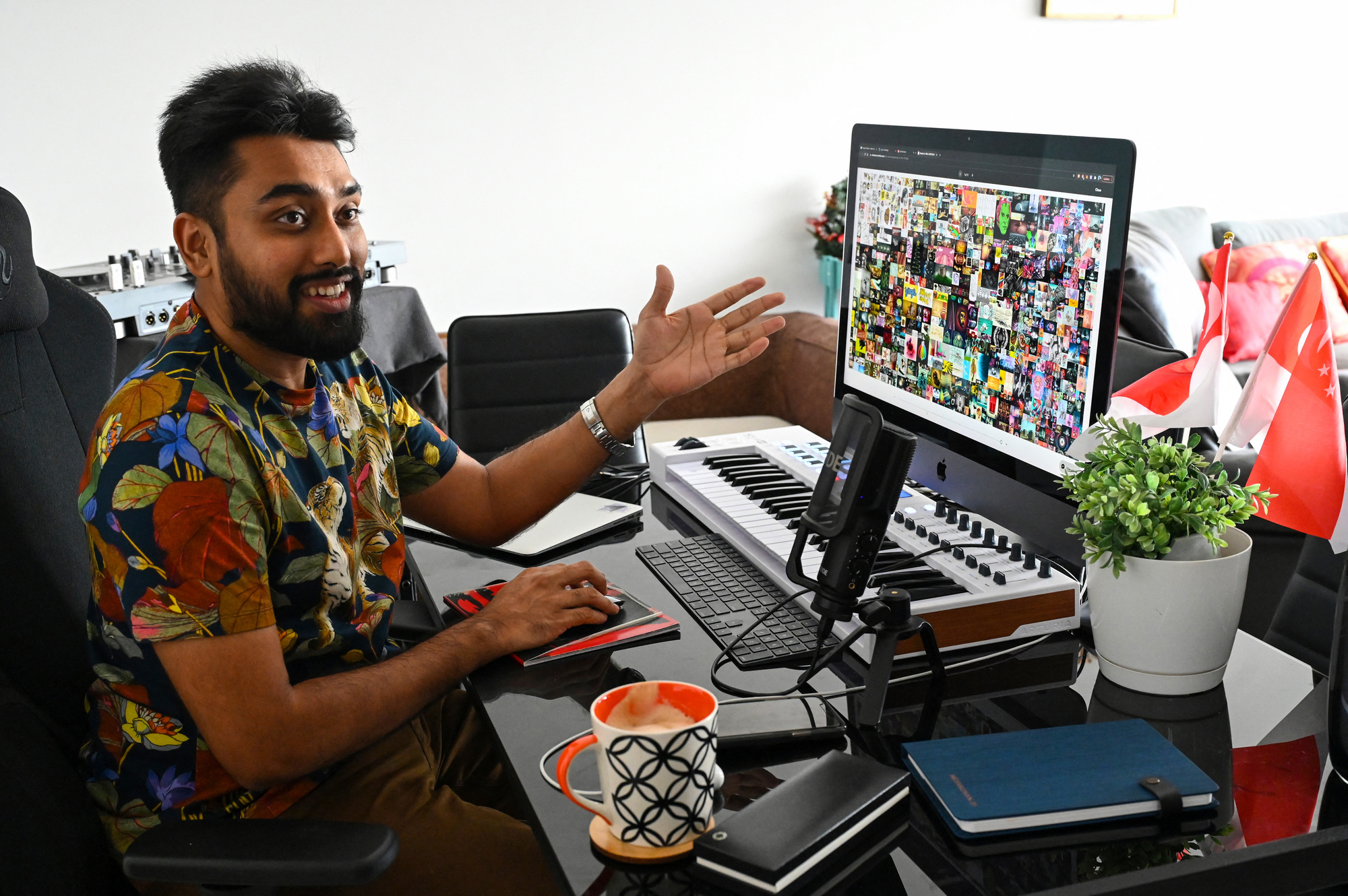 """MetaKovan, de son vrai nom Vignesh Sundaresan, montre l'oeuvre NFT de Beeple, """"Everydays: The First 5,000 Days"""", qu'il a acquis pour la rondelette somme de 69,3 millions de dollars., Roslan RAHMAN / AFP"""