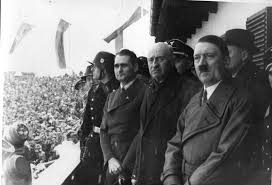 Henri Baillet-Latour (centraal in de camera kijkend) werd later de derde voorzitter van het IOC. Hij organiseerde onder meer de Spelen van Berlijn in 1936 en staat hier samen met Adolf Hitler op de foto., GETTY