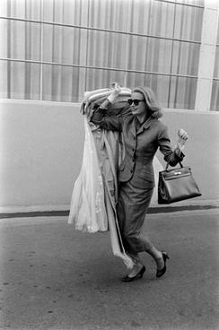 Grace Kelly à son départ d'Hollywood, avec au bras le Kelly d'Hermès, Allan GrantThe LIFE Images Collection/ Getty Images
