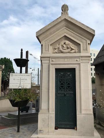 """Gustave Eiffel est étroitement lié à Levallois Perret. Dès la création de la commune au XIXe siècle, il y installe les ateliers de la société Gustave Eiffel & Cie, où travaillaient plus de 400 ouvriers et où les pièces de la tour Eiffel furent créées. Levallois-Perret fut par ailleurs la première ville à baptiser une rue """" Gustave Eiffel """", du vivant de l'ingénieur. Ce dernier, également conseiller municipal de la ville pendant 12 ans repose au cimetière rue Baudin, dans une sépulture tournée vers sa tour., Véronique P."""
