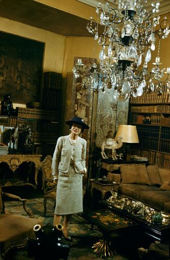 Mademoiselle Chanel dans ses appartements de la rue Cambon, en 1959, Getty Images