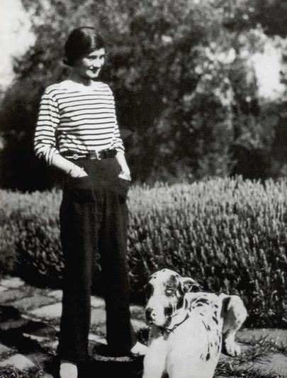 Gabrielle Chanel portant la fameuse marinière qu'elle a fait entrer dans le vestiaire féminin et largement popularisée, Wikicommons