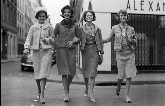 Paris, 1960, tailleurs en tweed avec une silhouette ajustée, épaules et manches étroites, le style conçu par Coco Chanel., Getty Images