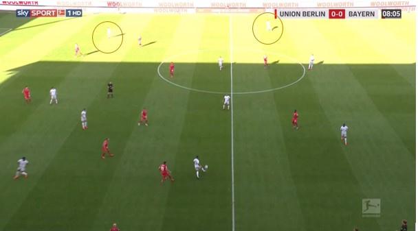 Bayern bouwt langs links op en trekt het grootste deel van de spelers van Union naar daar. Dan volgt een snelle flankwissel, zodat Pavard en Müller op rechts hun overtal kunnen benutten en een gevaarlijke aanval opzetten./Italique, Sky Sports