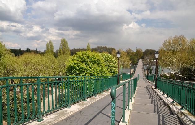 La Passerelle de l'Avre, initialement pont-aqueduc a été construit après 15 mois de travaux et 250 ouvriers en 1891 à la demande de la Mairie de Paris. Aujourd'hui dédiée aux piétons et cyclistes et offrant une place de choix pour admirer la tour Eiffel, il se trouve sur le GR1, reliant le Bois de Boulogne au Domaine national de Saint Cloud., Wikimedia