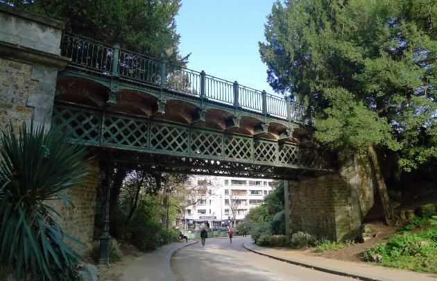 Peu des Parisiens le connaisse mais le pont des Buttes-Chaumont est bien une oeuvre de Gustave Eiffel. Fait de briques rouges et de métal, il relie la porte Sécretan aux buttes Puebla et Fessart et était un ancien pont routier., OTCP