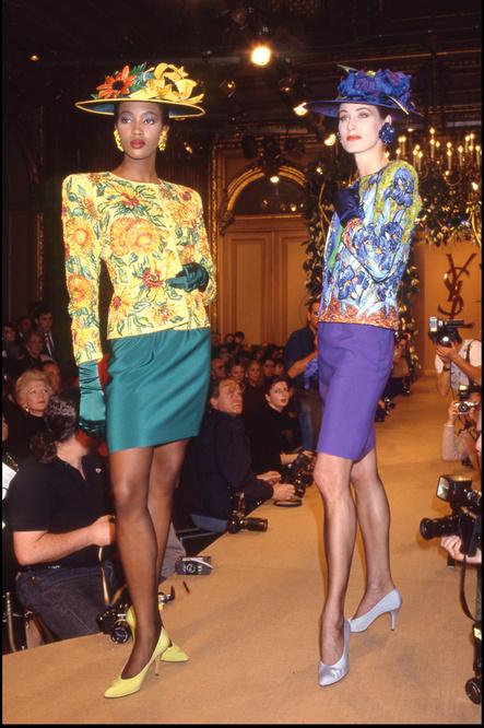 Défilé Saint Laurent 1988. A gauche Naomi Campbell porte le modèle Tournesols, à droite, sa congénère porte la fameuse veste Iris., Getty Images