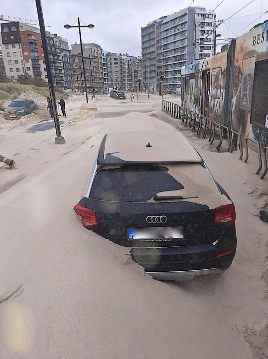 Geparkeerde wagens werden begraven onder het zand., foto DJ