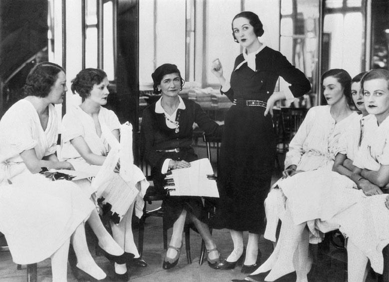 Lady Pamela Smith aux côtés de Mademoiselle Chanel, dans le salon de mode de cette dernière, à Londres, dans les années 30, Getty Images