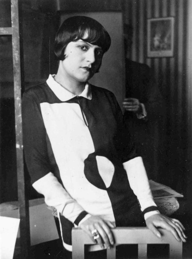 """Een onbekende dame in het ontwerp """"Signal"""" ca. 1927, ."""
