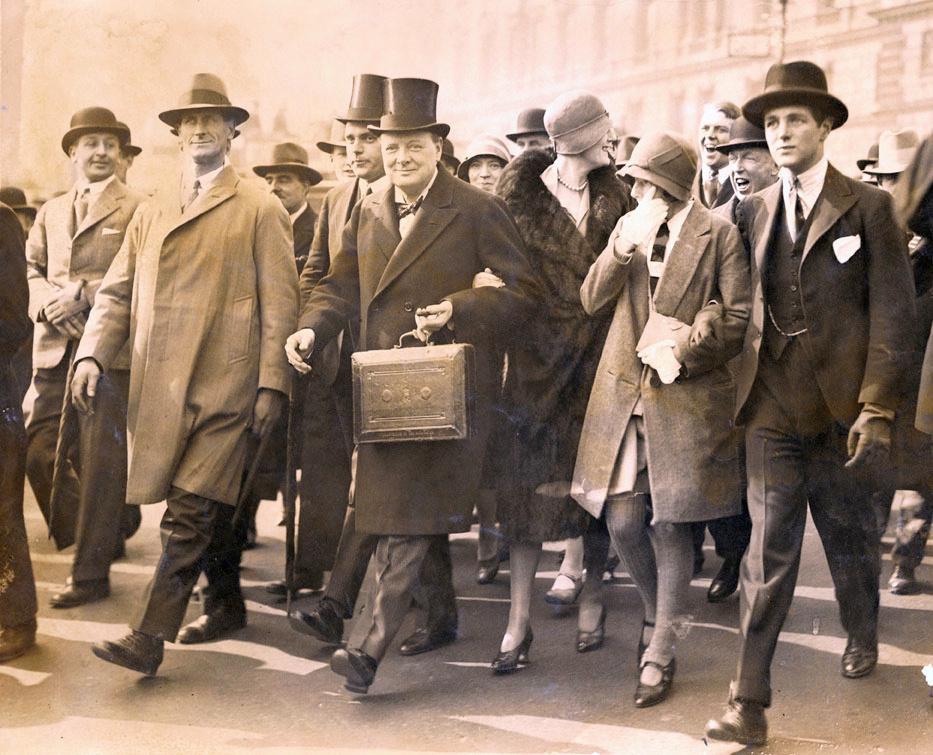 Winston Churchill, Chancelier, porte la boîte de dépêches sur son chemin vers la Chambre des Communes, à Londres, pour présenter le budget, le 29 avril 1929., DR