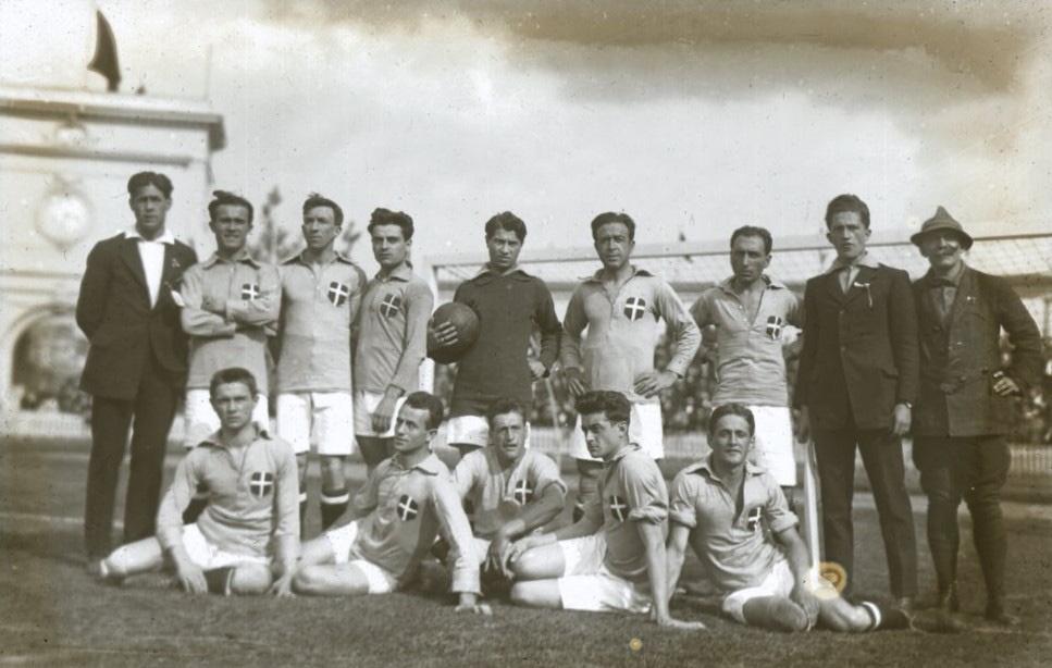 Groepsfoto van het Italiaanse team vlak na hun 2-1 overwinning tegen de Egyptenaren., Sportimonium. C. Baeyens en fotograaf Charles Du Houx