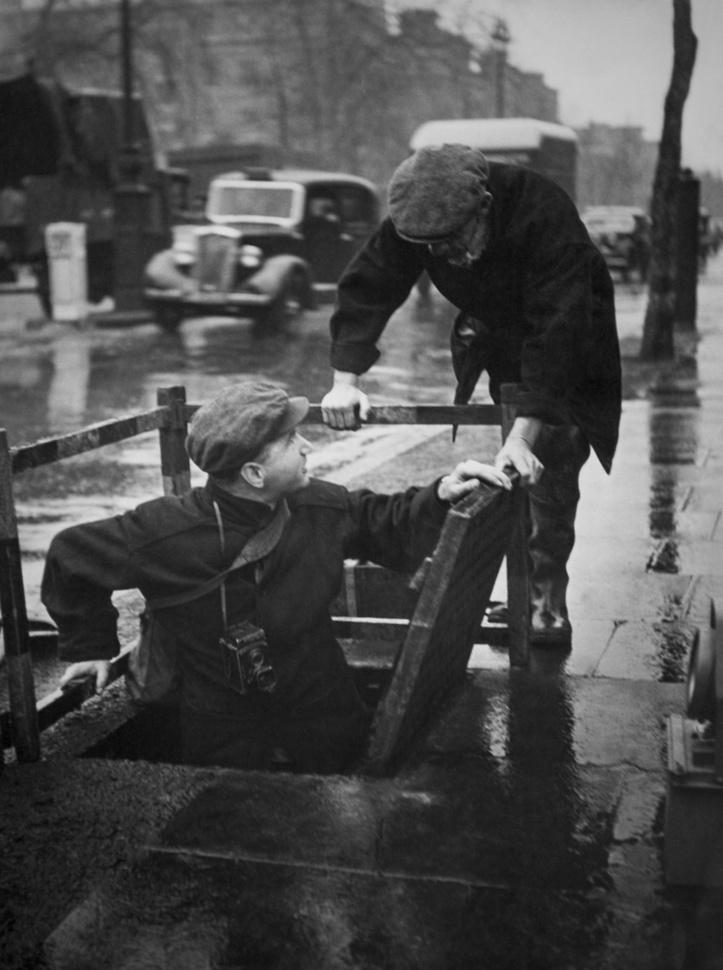 ouvriers s'apprêtant à descendre dans les égoûts de Londres, fin du 19e siècle, Getty Images