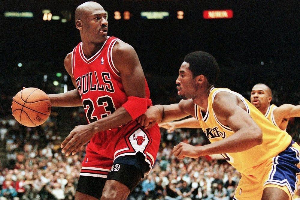 Michael Jordan face à Kobe Bryant lors de sa dernière saison à Chicago., AFP